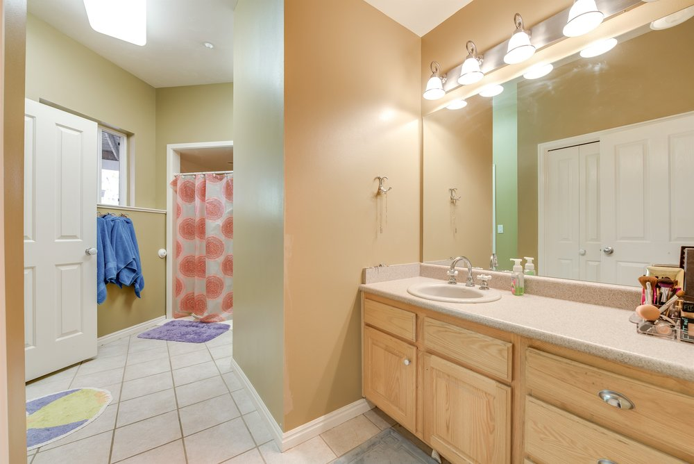 052_Bathroom.jpg