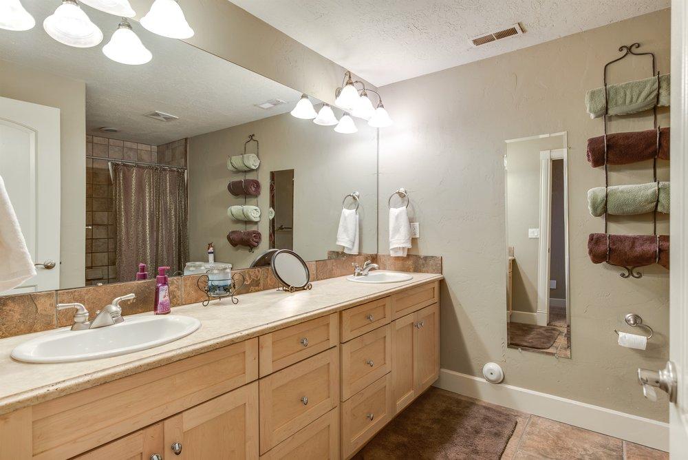 030_Bathroom.jpg