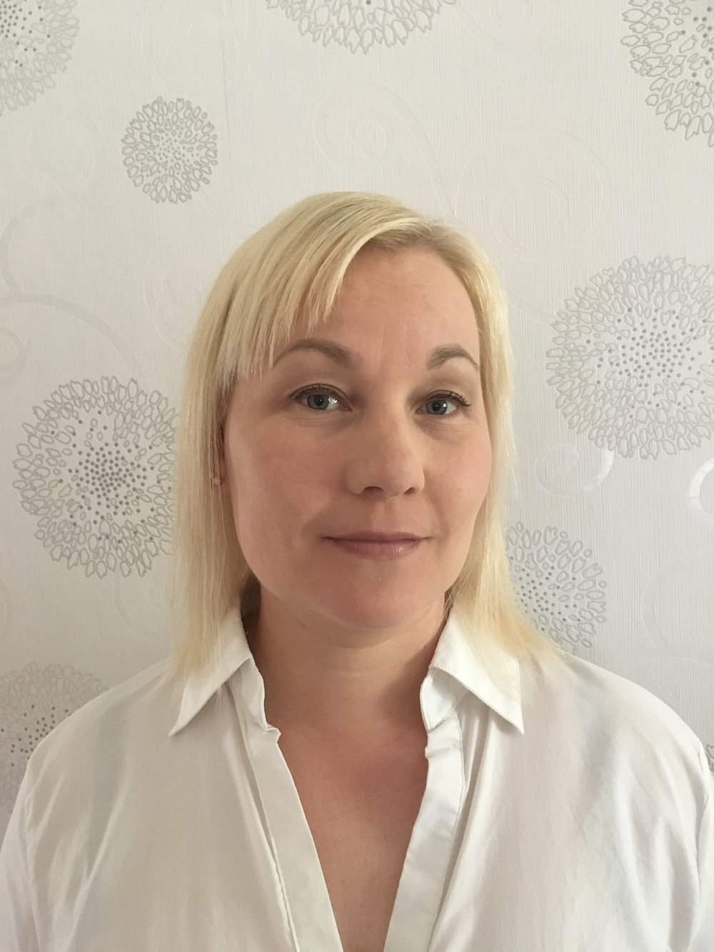Taina Turunen    Järvenpään toimipaikkavastaava, kognitiivisen käyttäytymisterapian psykoterapeutti, psykiatrinen sairaanhoitaja   Taina on työskennellyt lastensuojelussa, yksityisellä sektorilla ja erikoissairaanhoidossa niin lasten kuin aikuisten parissa sekä toiminut tiiminvetäjänä ja apulaisosastonhoitajana.  Työssään Taina on asioihin tarttuva, tunnollinen ja positiivisesti suuntautunut. Keskeisinä arvoina asiakastyössä ovat toisten kunnioittaminen ja aito kohtaaminen.