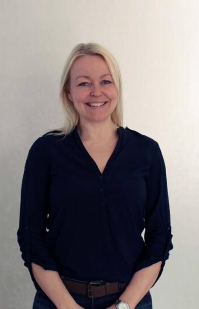 Johanna Rauma    Tampereen toimipaikkavastaava, kognitiivisen käyttäytymisterapian psykoterapeutti, sosiaalipsykologi, sosiaalityöntekijä   Johanna on työskennellyt 10 vuotta julkisen puolen terapeuttisessa asiakastyössäsekä esimiestehtävissä. Pääosin asiakastyö on painottunut lapsiperheiden aikuisten hyvinvoinnin tukemiseen sekä nuorten ja aikuisten terapeuttiseen työskentelyyn.Yksilöterapian lisäksi Johannaa kiinnostaa parisuhteen ja vanhemmuuden tukeminen ja työnohjaukseen sekä luennointiin liittyvät tehtävät.  Toimipaikkavastaavana Johanna pitää tärkeimpänä tehtävänään hyvän ilmapiirin ylläpidon Tampereen toimistolla.