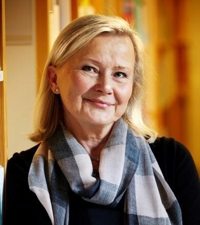 Vuokko Malinen    Pari- ja perheterapiapalvluiden kehittämispäällikkö   PsT, psykologi, pari- ja perhepsykoterapeutti, kouluttaja   Vuokolla on pitkä kokemus mielenterveysalalla sekä psykoterapeuttina, parisuhde ongelmia ennalta ehkäisevien mallien kehittäjänä että tietokirjailijana. Hän on laillistettu psykologi sekä Suomessa että Ruotsissa, perheterapeutti (ÅA) ja integratiiviseen paripsykoterapiaan hän on kouluttautunut sekä Tieteeseen perustuvassa pariterapiassa että Tunnekeskeisessä pariterapiassa. Hän on työryhmänsä kanssa kehittänyt Suomeen erilaisia parisuhdeongelmia ennaltaehkäiseviä malleja sekä ensisuhteille että uusparisuhteille ja juurruttanut niitä valtakunnallisesti kuntatason ammattilaisten käyttöön. Väitöskirjassaan hän tutki kehitetyn mallin, uusperheen parisuhteen ongelmien tukemista ennalta ehkäisyn keinoin. Hän on kehittänyt työryhmänsä kanssa Suomeen ensimmäisen itegratiivisen paripykoterapiakoulutuksen ja perheterapeuteille täydennyskoulutuksen parispykoterapian prosesseissa (Valvira/ Kela kuntoutuspätevyys paripsykoterapiassa). Hän on integratiivisen työotteen kehittäjä ja puolestapuhuja.  Hänelle on myönnetty Suomen Leijonan Ritarikunnan ansioristi 6.12.2011.