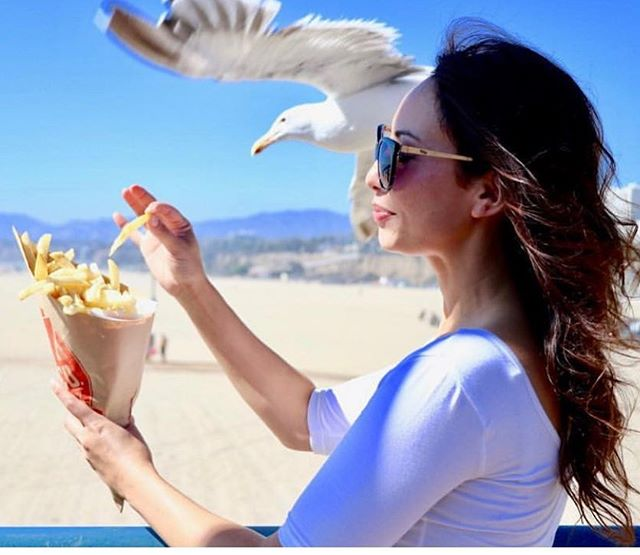 Bahahaha! The seagull very nearly got my fries when we did this shoot for @greatamericanfries - I nearly got my hand pecked off!! head over to our page to see the nice serene shot before 🤣🤣happy Sunday everyone! 🍟 . . . #santamonica #socal #beachlife #fries #birds #greatamericanfries