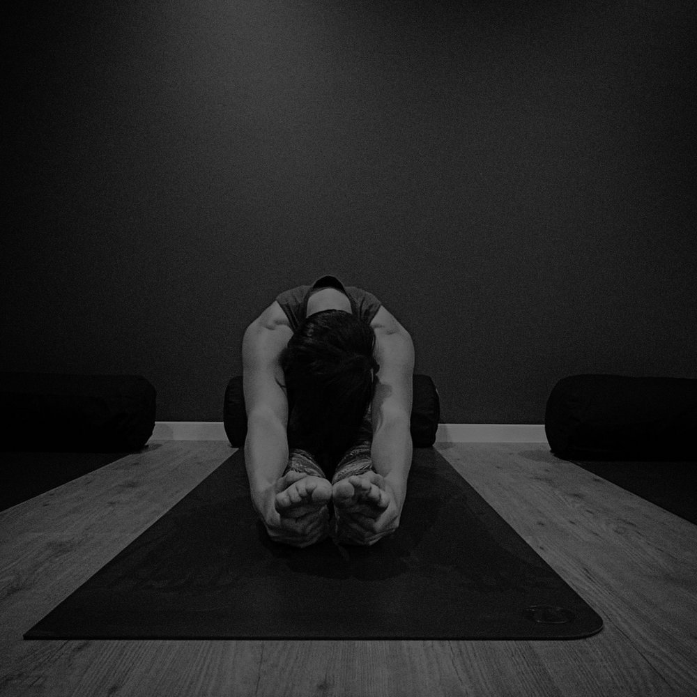 Inga_Yoga_01_Grey_Overlay.jpg