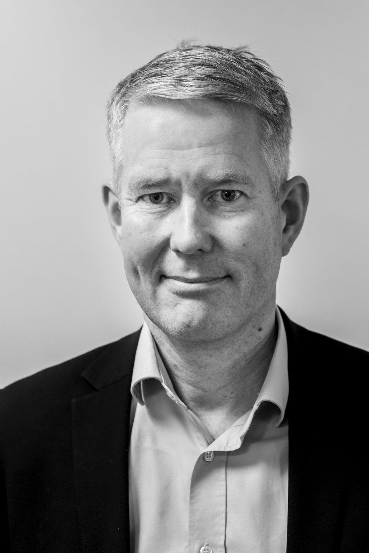 Patrik Sortti  har en grad i økonomi fra Lunds Universitet. Han er partner i Business Wellness Group, en større konsulentgruppe med hovedkontor i Stockholm, som han har været med til at opbygge og udvikle siden starten af 2002. Patrik har arbejdet med effektiviseringsprojekter og har i de seneste år arbejdet med at udvikle den private sundhedssektor i Sverige.