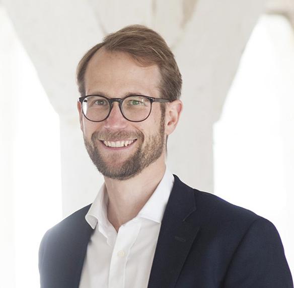 Friedrich Bengelsdorf sammelte die letzten zehn Jahre umfangreiche Erfahrungen im Bereich des Immobilieninvestments sowie der kaufmännischen Begleitung von Projektentwicklungen. Nach seinem Architekturstudium mit Abschluss in Bauwirtschaft/Baumanagement an der Bauhaus-Universität Weimar folgte die kaufmännische Ausbildung eines MBA an der EADA Business School Barcelona.