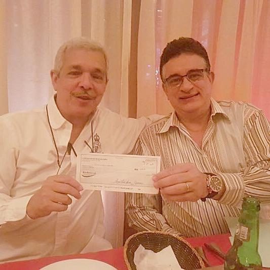 José Manuel Henriquez recibiendo de Fernando Baez, cheque por patrocinio a SND de Kviar