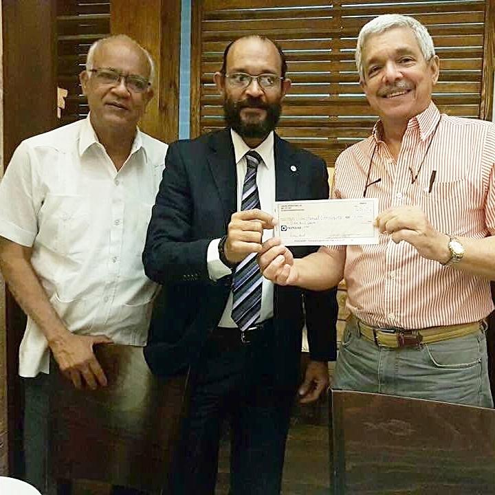 José Manuel Henriquez y Miguel Estrella recibiendo de Juan a Alberto Almonte, cheque patrocinio a SND de Landing International, SRL  Conoce todos nuestro patrocinadores .