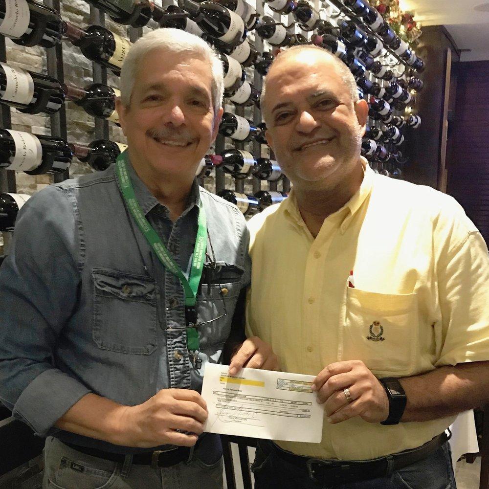 José Manuel Henrriquez, recibe cheque por patrocinio de Laboratorios Ameripharma, SRL; entrega Josep Aristy Escuder.