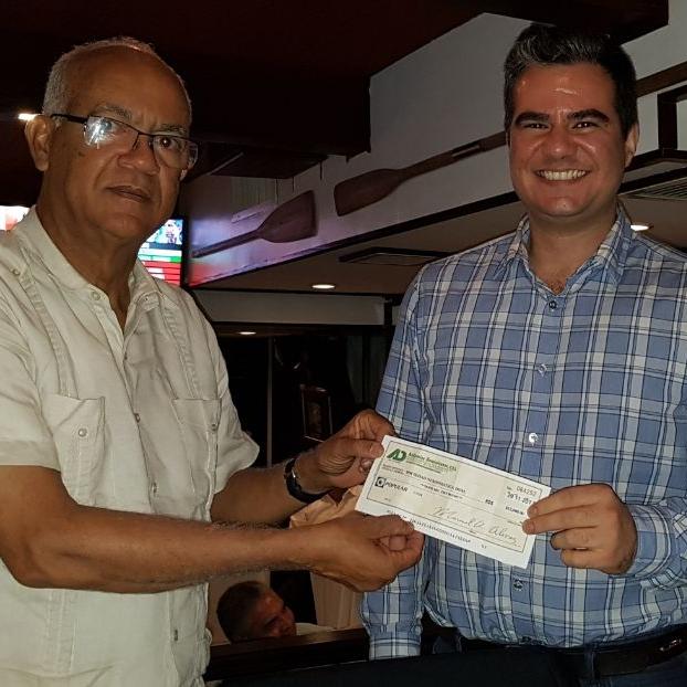 Miguel Estrella recibe cheque por patrocinio de Andamios Dominicanos, SRL