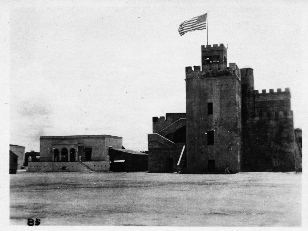 Bandera norteamericana sobre fuerte dominicano durante Ocupación Norteamericana del 1916