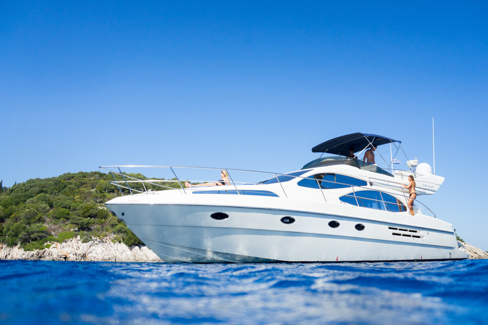 THE YACHT - Rio Frio Yacht is carefully crafted according to the highest boating standards with enough space to enjoy your every minute on board.