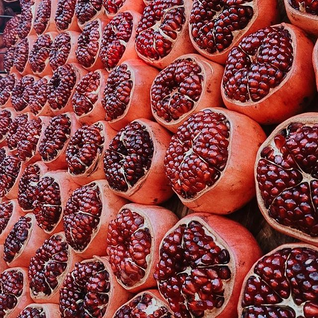 Reflecting on the year, and have not been sure what to post... so here are these gorgeous Pomegranates all lined up along the streets of Tel Aviv ♥️ What a gift it was to visit Israel this past year🙏🏼 . . Will leave these beauties right here ♥️
