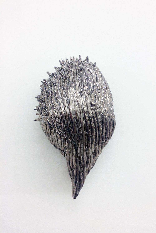 """Philippe Caron-Lefebvre, Chrome Therapy , 2017, céramique, glaçure, lustre or et blanc,12.5"""" x 7"""" x 5"""" (32 x 18 x 12 cm)."""