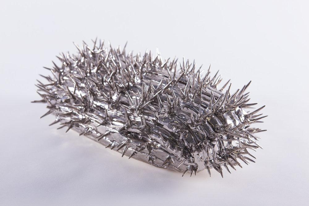 """Philippe Caron Lefebvre, Aureus , 2013, céramique et glaçure, 6"""" x 7"""" x 12"""" (15 x 17 x 30 cm)."""