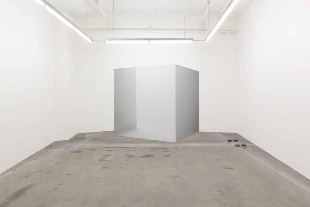 Caroline Cloutier,  Contre-espace 1 , 2016, installation photographique : impression numérique sur vinyle et miroir.