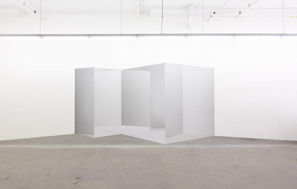 Caroline Cloutier,  Contre-espace 2 , 2016, installation photographique : impression numérique sur vinyle et miroir.