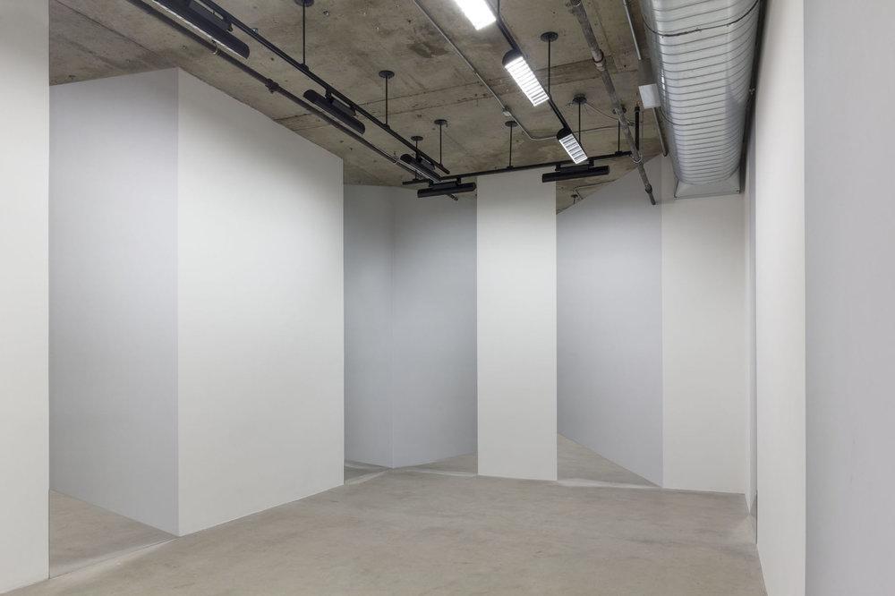 Caroline Cloutier,  Vertige , 2014, installation photographique (impression numérique sur vinyle, miroir).