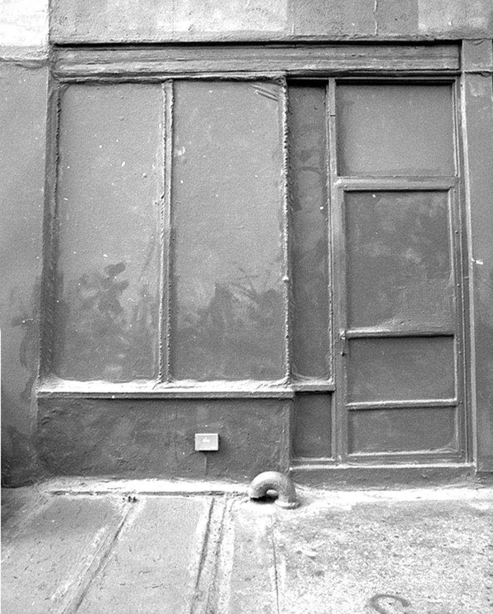 """Lorna Bauer,  Grey Is A Colour, Gray is a Color (Sur-exposée) , 2012, impression à la gélatine argentique,11"""" x 14"""" (28 x 35.5 cm)."""