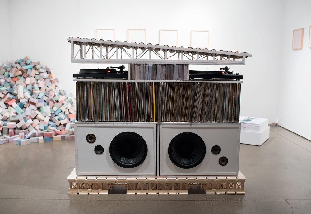"""Mitch Mitchell,  BOOM BOX,  2017,  collection de vinyle de Chicago (1978-2007), station de DJ , moteurs, haut-parleurs,bois, 114 x 38 x 138 cm (45"""" x 15"""" x 55"""")"""
