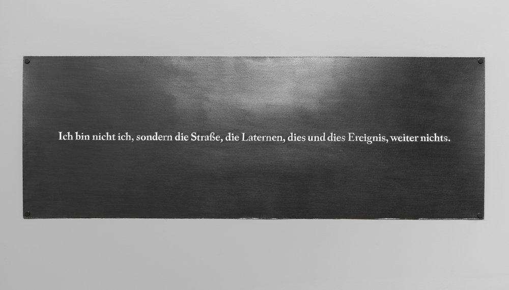 "Carl Trahan,  Ich bin nicht ich, sondern die Straße, die Laternen, dies und dies Ereignis, weiter nichts (Je ne suis pas moi, mais la rue, les réverbères, tel ou tel évènement, rien de plus) , 2015, graphite sur papier, 35 x 100 cm (14"" x 39"")"