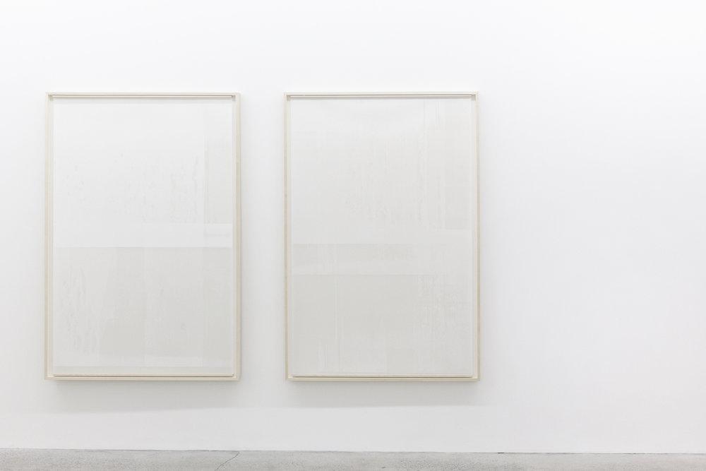 """Jim Verburg,  Untitled (de la série An Accurate Silence),  2016, peinture à l'huile sur Mylar givré suspendu devant un panneau peint mat, 63"""" x 42"""" (160 x 107 cm)."""