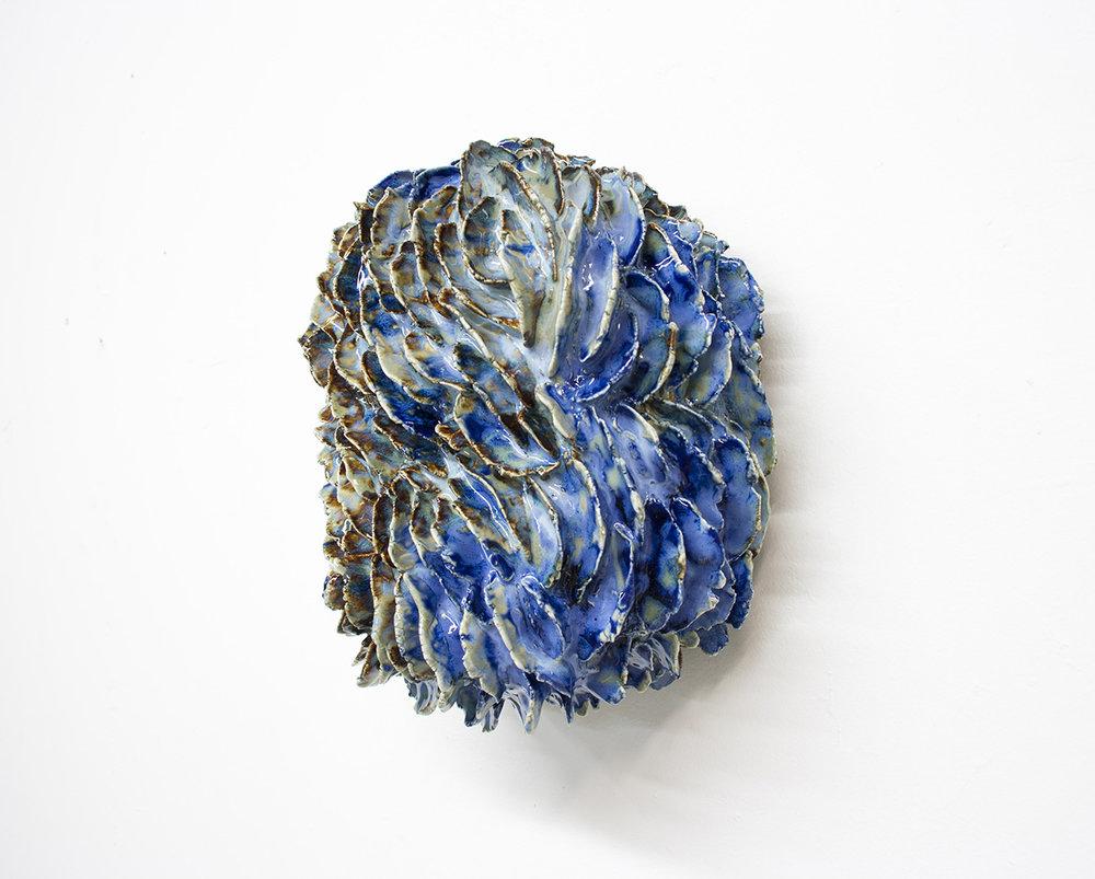 """Philippe Caron Lefebvre,  Cy Twombly flower style , 2018, céramique et glaçure,10"""" x 8,5"""" x 5.5"""" (25.5 x 21.5 x 14 cm)."""