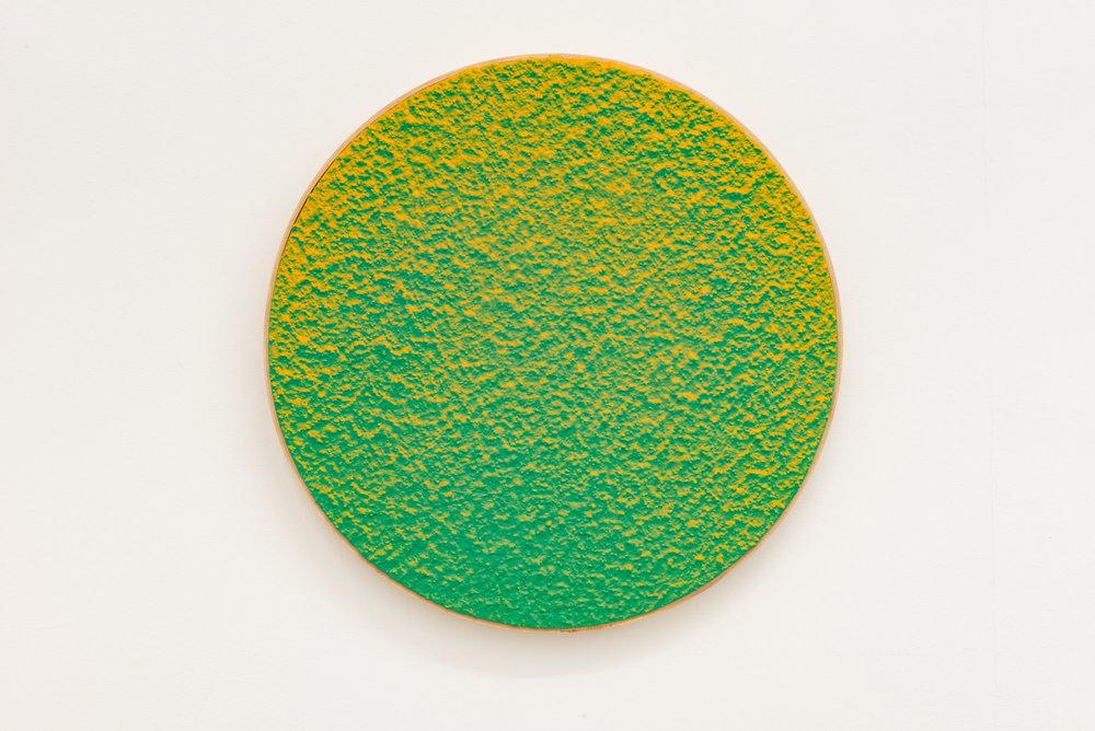 """Pierre Julien,  In the Deepest Oceans  - B006, 2018, stucco, peinture acrylique et peinture aérosol sur panneau de bois, 16"""" diamètre (41 cm)"""