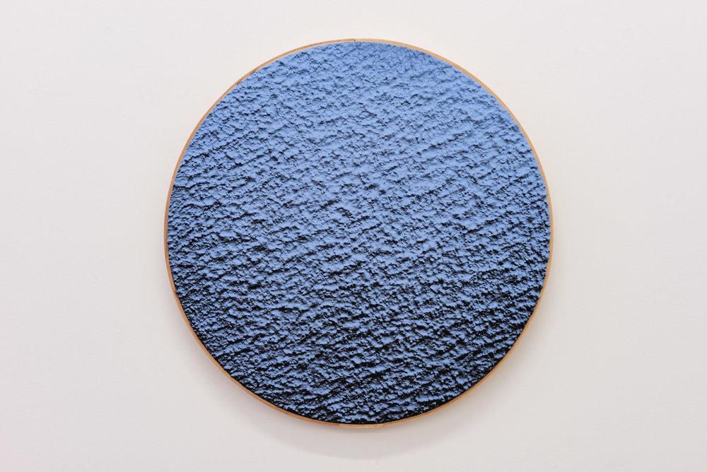 """Pierre Julien,  In The Deepest Oceans-B4 , 2018, stucco et peinture aérosol sur bois, diamètre : 41 cm (16"""")."""