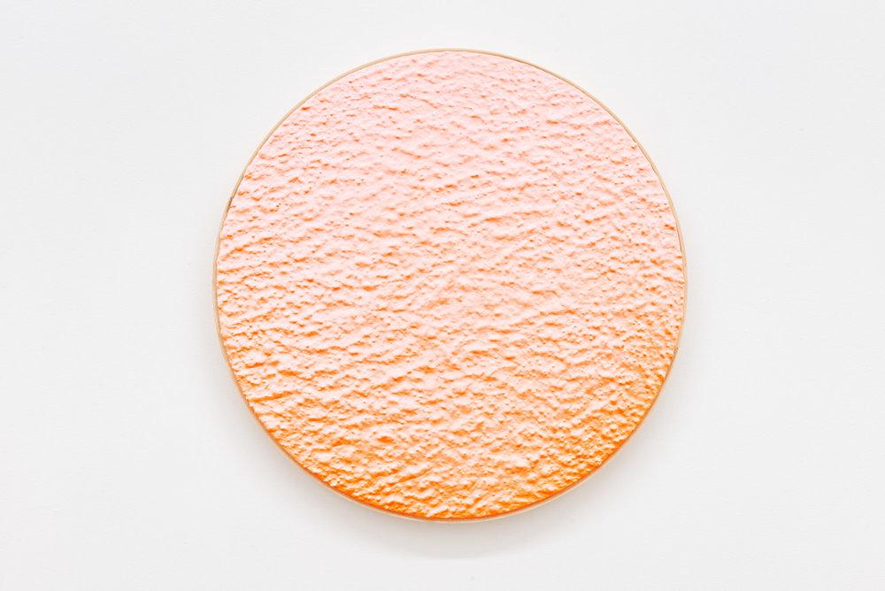 """Pierre Julien, In The Deepest Oceans-B8, 2018, stucco et peinture aérosol sur bois, diamètre : 41 cm (16"""")"""
