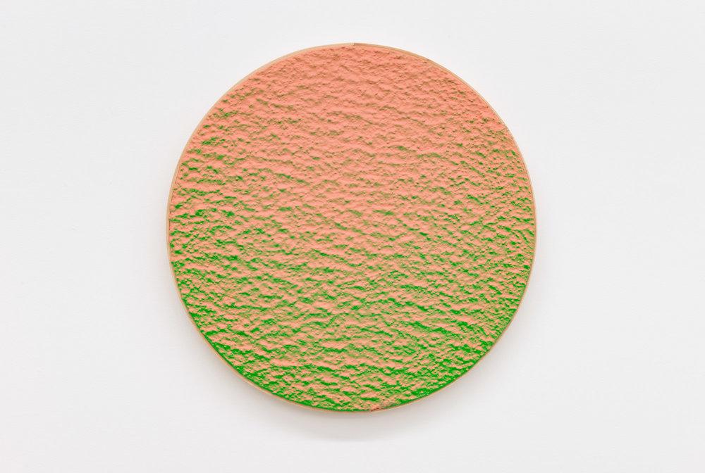 """Pierre Julien,  In The Deepest Oceans-B13 , 2018, stucco et peinture aérosol sur bois, diamètre : 41 cm (16"""")."""