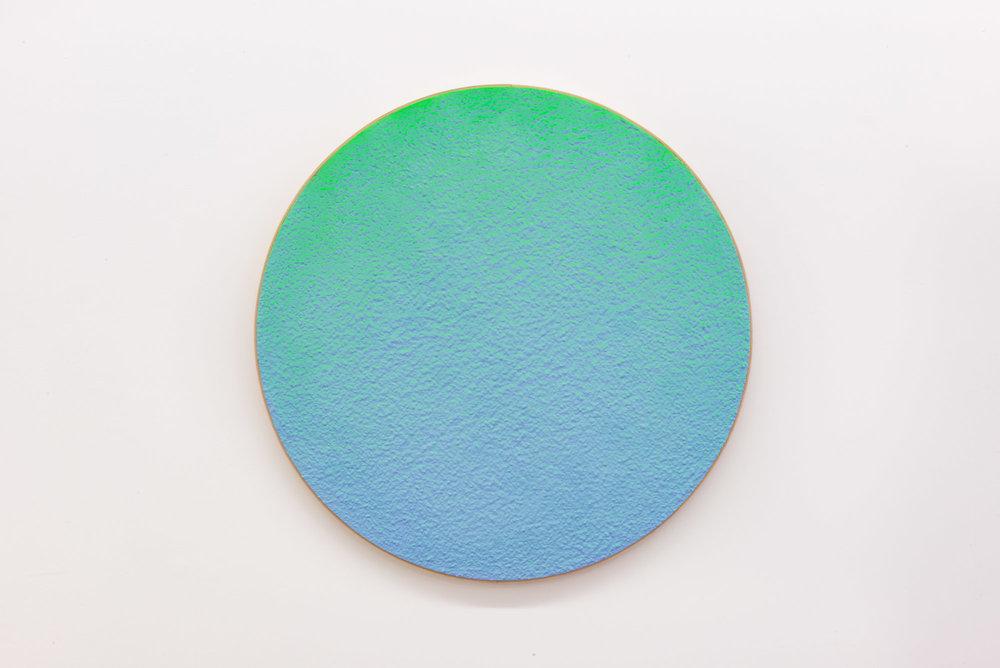 """Pierre Julien,  In The Deepest Oceans-C4 , 2018, stucco et peinture aérosol sur bois, diamètre : 76cm (30"""")."""