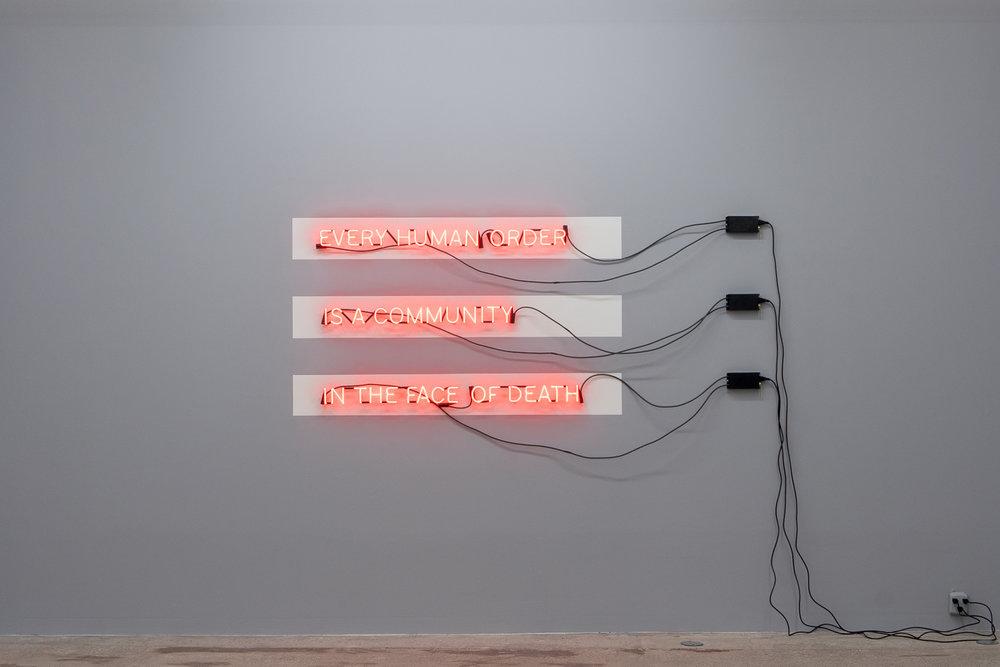 Carl Trahan,  In the Face of Death , 2018, enseigne au néon, transformateurs et peinture, dimensions variables