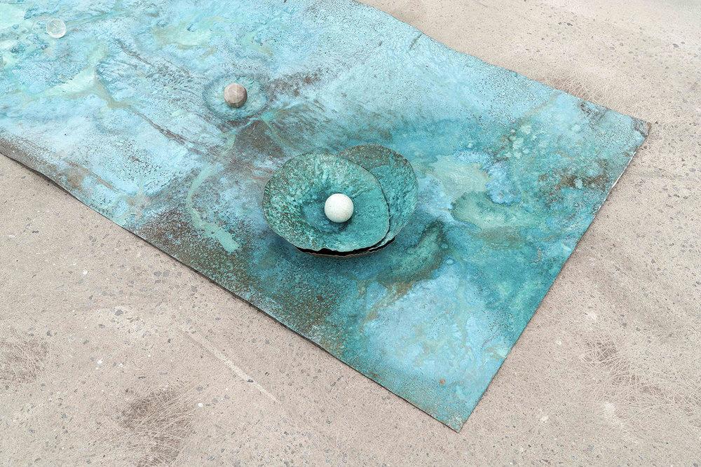 """Lorna Bauer,  The Toilers (détail) , 2018, cuivre , patine Miracle Grow, sphère de cristal, 61 x 122 cm (24"""" x 48"""")"""