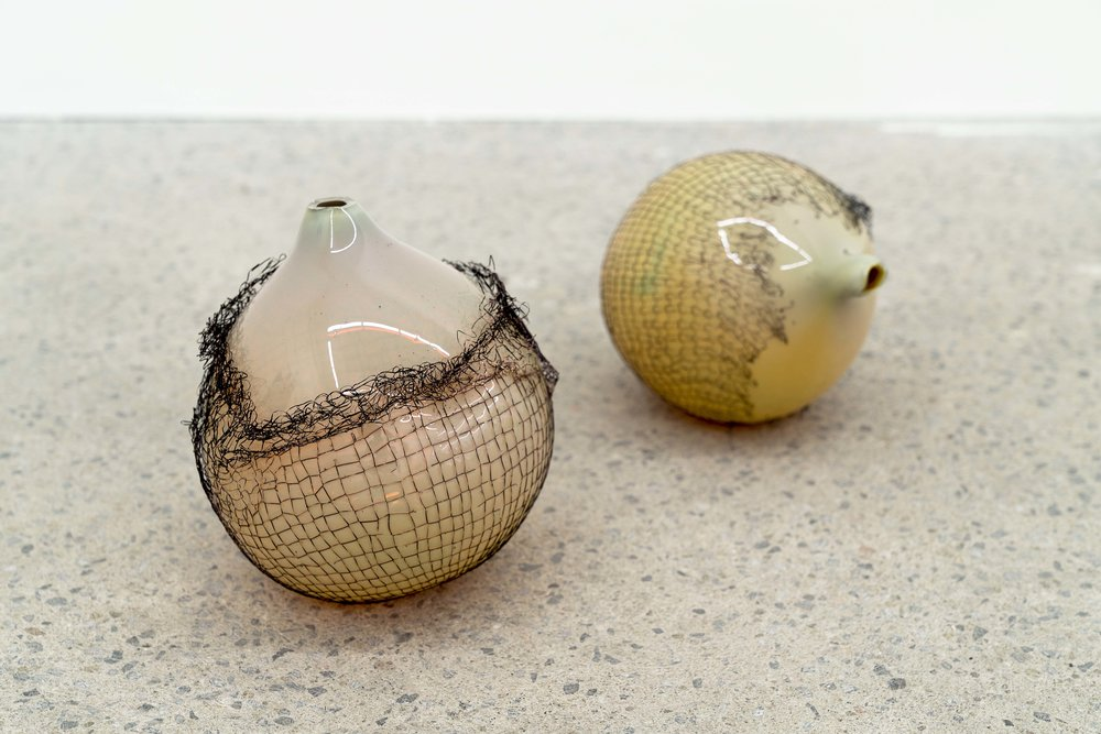 Lorna Bauer,  The Idlers (détail) , 2018, verre soufflé et maille de cuivre, dimensions variables