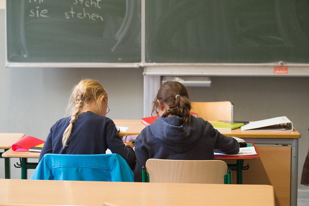 Die Kernzeit für die Erledigung der Hausaufgaben umfasst bei den Schülern der Stufe 5 etwa 30 Minuten, bei denen der Stufe 6 werden 45 Minuten angesetzt.