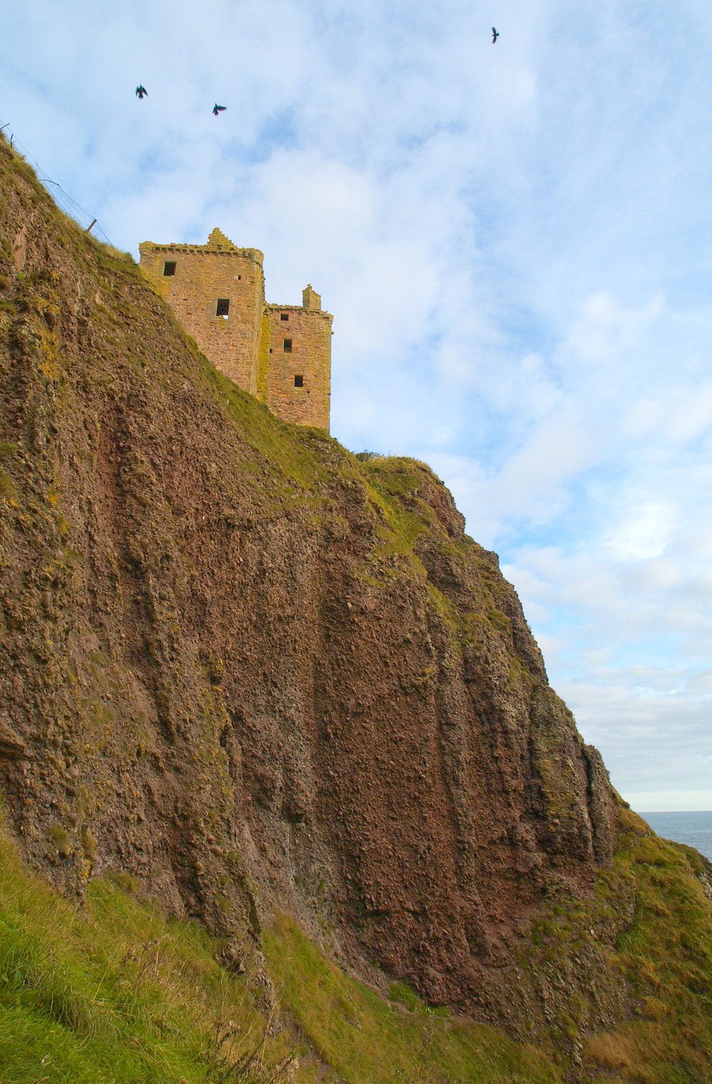 Dunnottar from beach.jpg