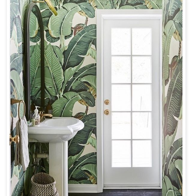 🌿🌿 This wallpaper never gets old, and is bathroom perfection.  Previous home of MyDomaine founder Katherine Power 🌿🌿