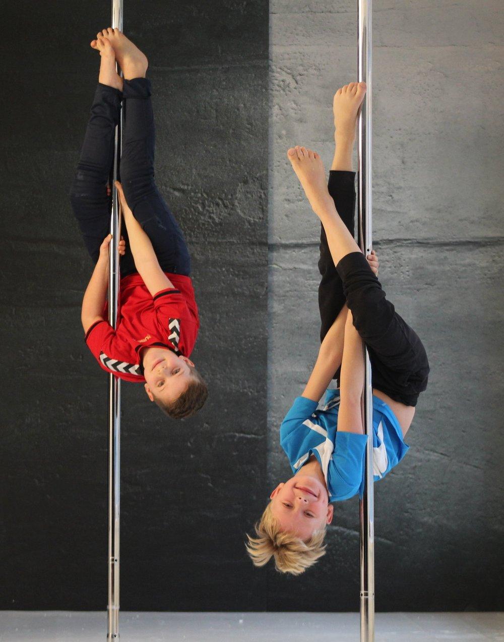 drenge hænger i en pole