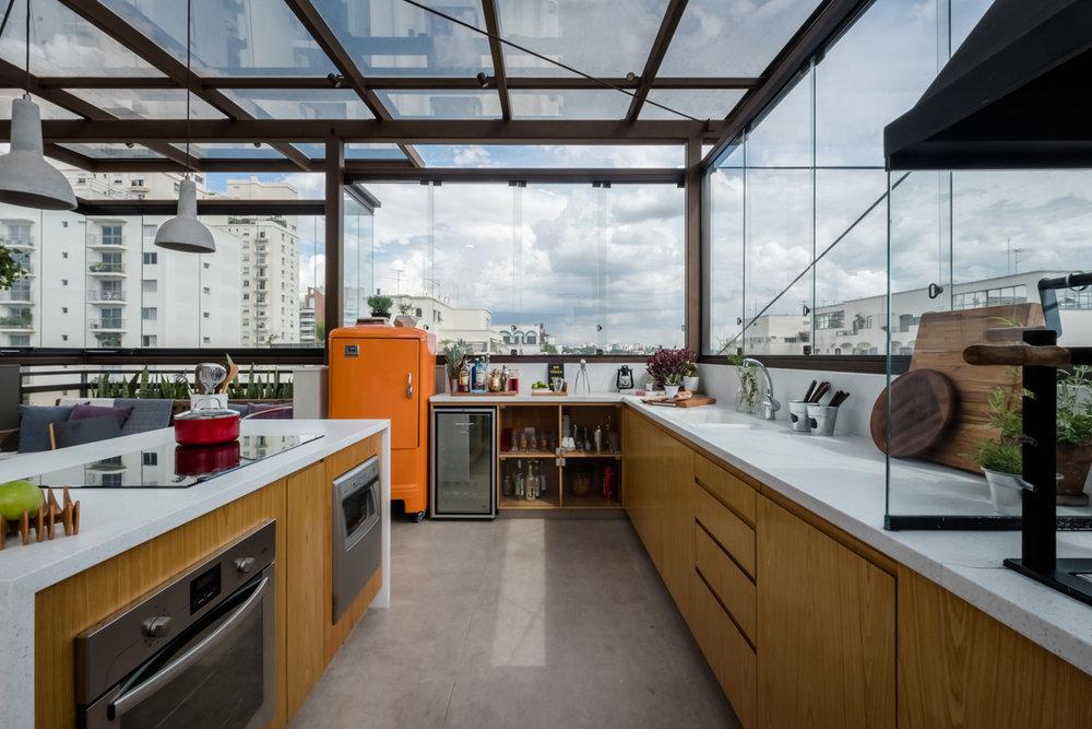 macroarq_arquitetura_projeto_interiores_moema_sao_paulo_cobertura_anapurus_area_de_lazer_area_gourmet_estrutura_metalica_fechamento_em vidro_bancada_branca_churrasqueira_ilha_azulejo_00.jpg