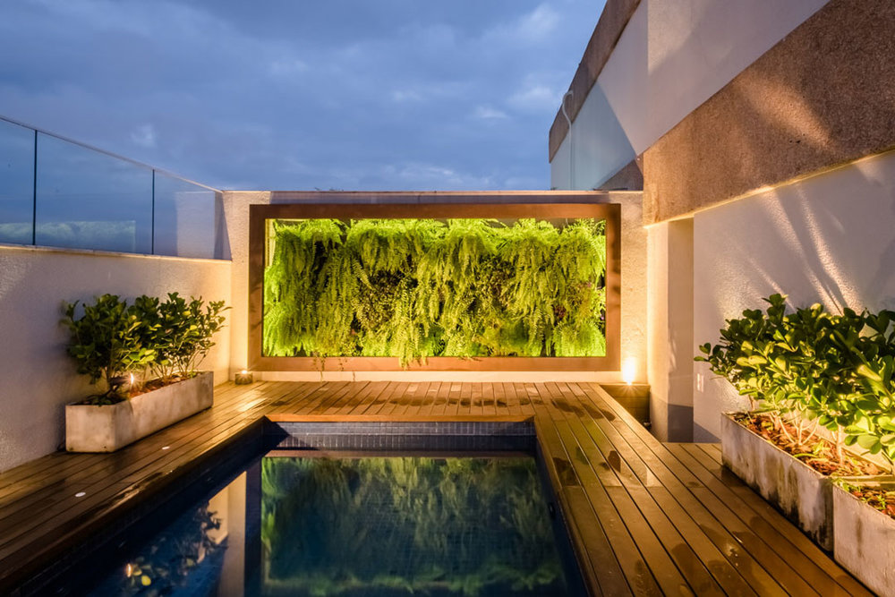 macroarq_arquitetura_projeto_interiores_moema_sao_paulo_cobertura_anapurus_area_de_lazer_area_deck_de_madeira_jardim_vertical_floreira_piscina.jpg