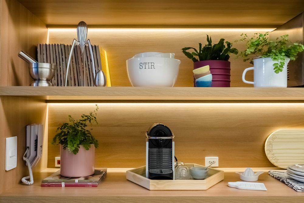 macroarq_arquitetura_interiores_projeto_reforma_apartamento_sao_paulo_cozinha_compacta_armario_de_cozinha_branco_e_madeira_com_fita_de_led_decoração.jpg