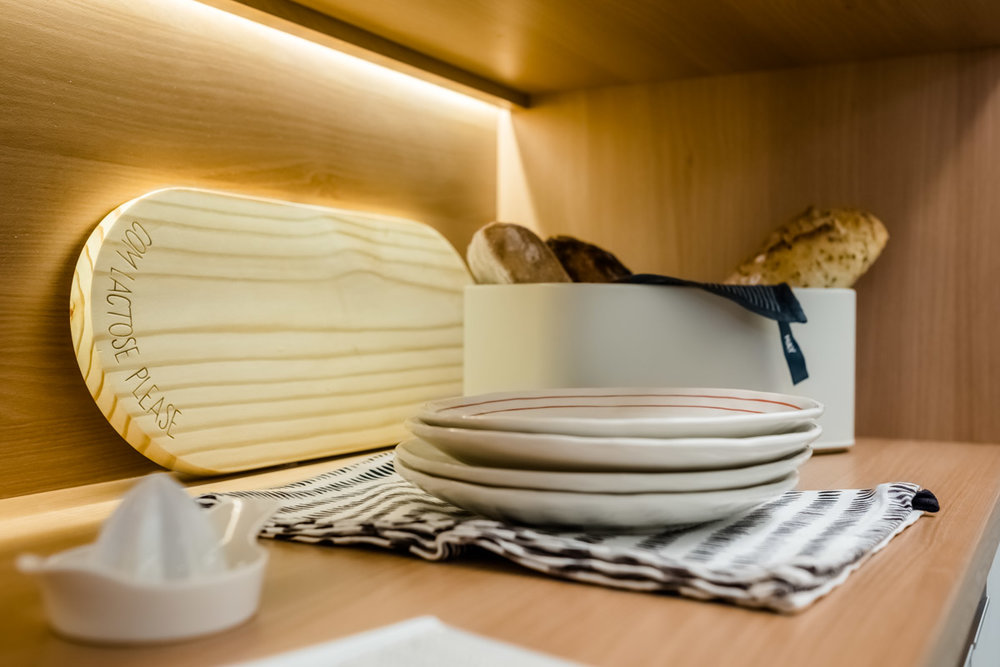macroarq_arquitetura_interiores_projeto_reforma_apartamento_sao_paulo_cozinha_compacta_armario_de_cozinha_branco_e_madeira_decoração_detalhe.jpg