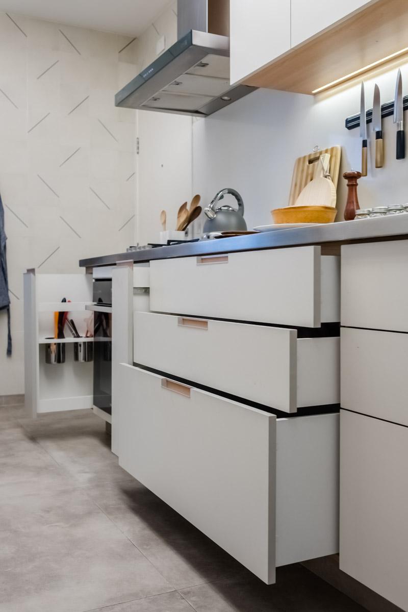 macroarq_arquitetura_interiores_projeto_reforma_apartamento_sao_paulo_cozinha_amario_branco_e_madeira_gavetas_portas.jpg