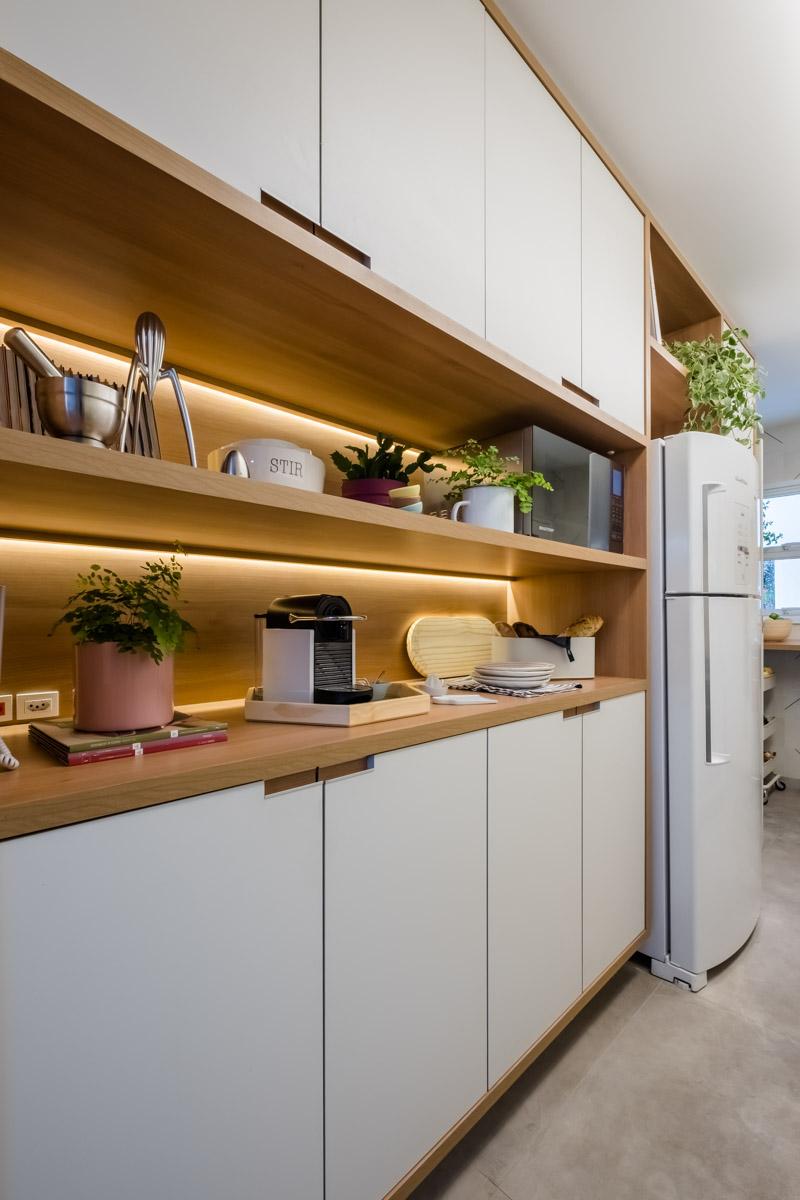 macroarq_arquitetura_interiores_projeto_reforma_apartamento_sao_paulo_cozinha_compacta_armario_de_cozinha_branco_e_madeira.jpg