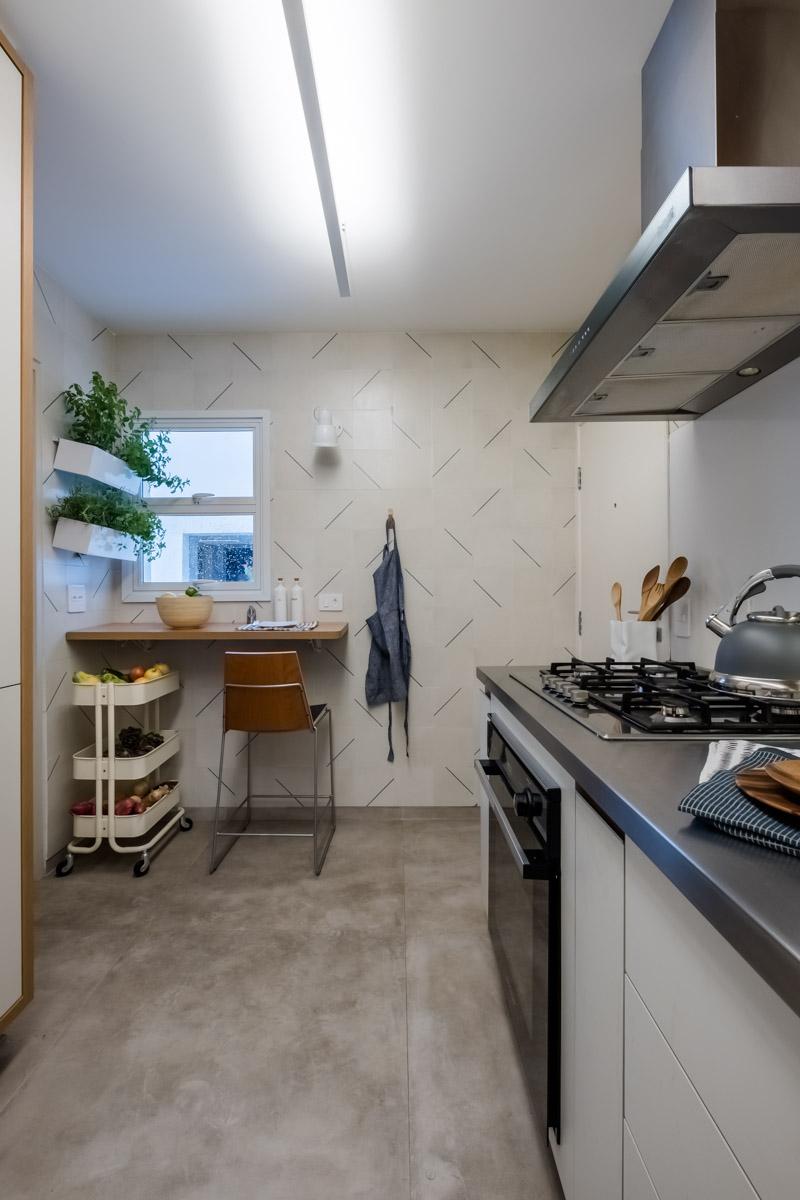 macroarq_arquitetura_interiores_projeto_reforma_apartamento_sao_paulo_cozinha_compacta_armario_de_cozinha_branco_e_madeira_pia_em_inox_coifa_inox.jpg