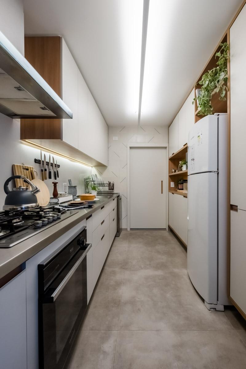 macroarq_arquitetura_interiores_projeto_reforma_apartamento_sao_paulo_cozinha_compacta_armario_de_cozinha_branco_e_madeira_pia_em_inox_coifa_inox_ladrilho_hidraulico_regua_iluminação.jpg