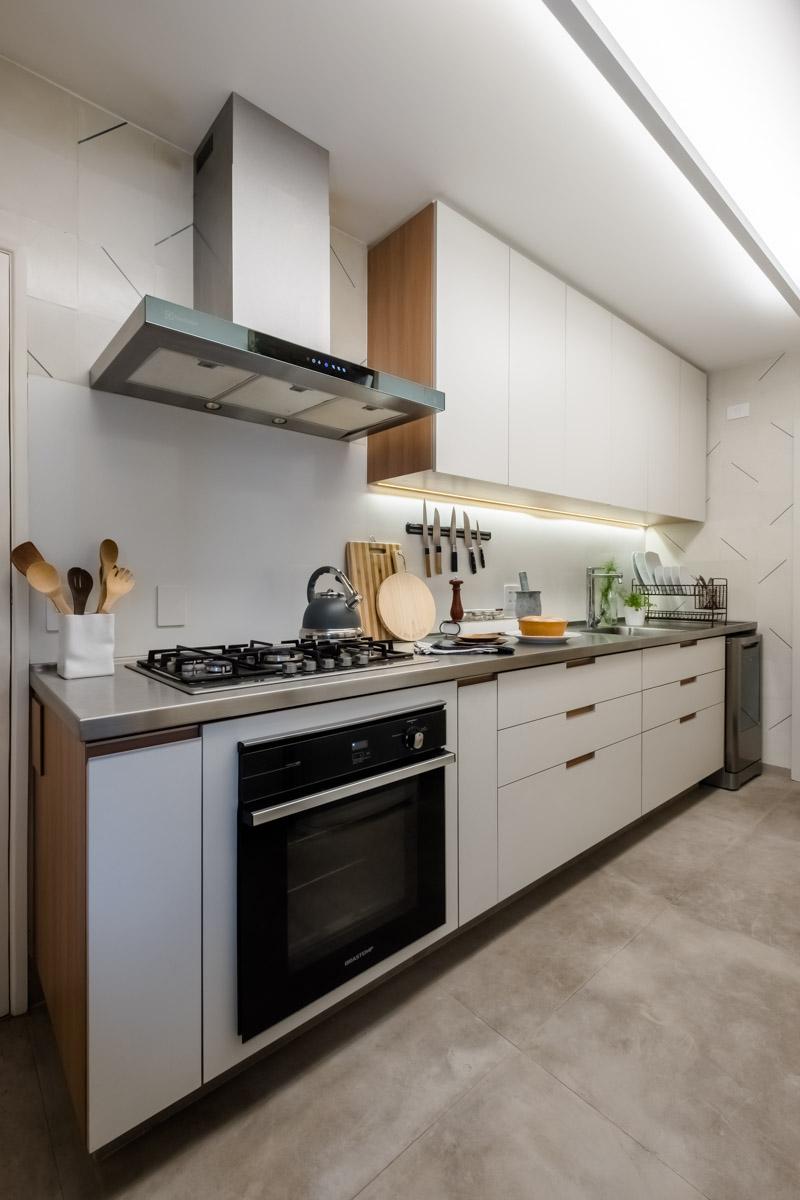 macroarq_arquitetura_interiores_projeto_reforma_apartamento_sao_paulo_cozinha_compacta_armario_de_cozinha_branco_e_madeira_pia_em_inox_coifa_inox_ladrilho_hidraulico_regua_iluminação_frontão_branco.jpg