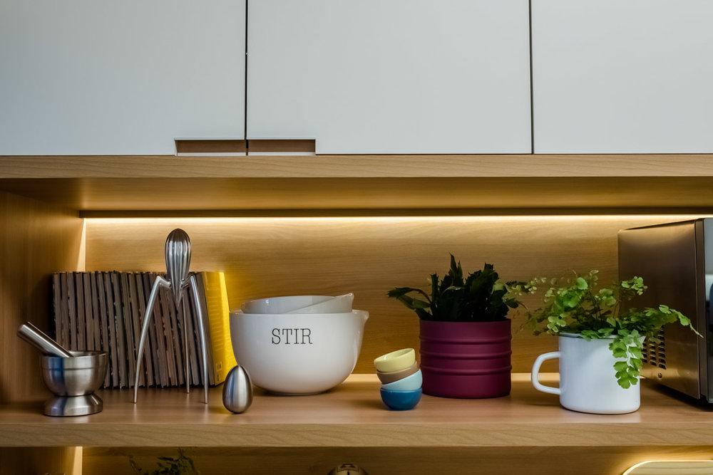 macroarq_arquitetura_interiores_projeto_reforma_apartamento_sao_paulo_cozinha_compacta_armario_de_cozinha_branco_e_madeira_decoração_detalhe_fita_de_led.jpg