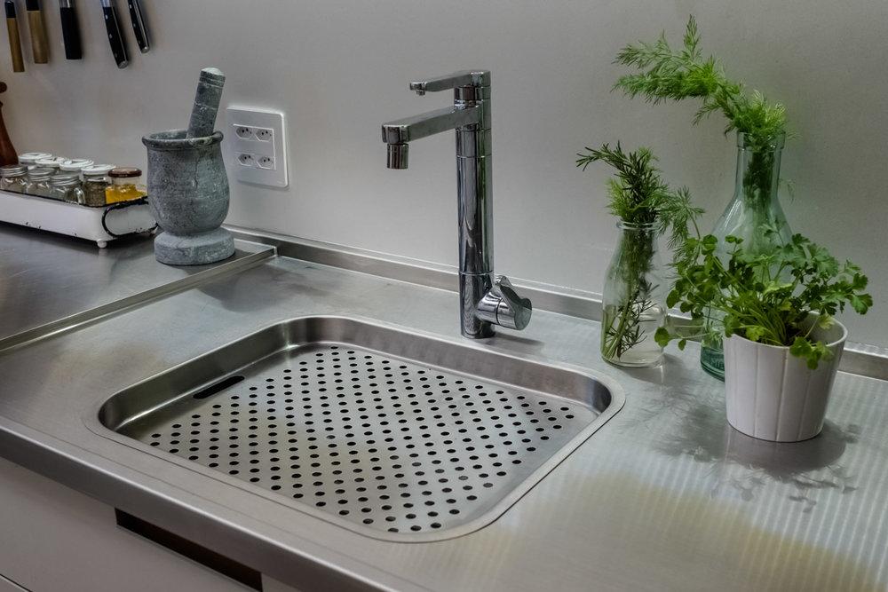 macroarq_arquitetura_interiores_projeto_reforma_apartamento_sao_paulo_cozinha_pia_em_inox_detalhe_cuba.jpg