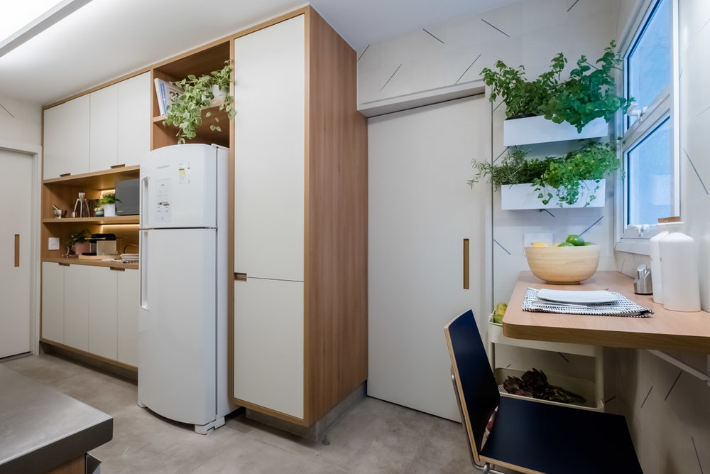 macroarq_arquitetura_interiores_projeto_reforma_apartamento_sao_paulo_cozinha_compacta_armario_de_cozinha_branco_e_madeira_cozinha_e_lavanderia_porta_com_cava.jpg